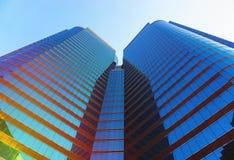 Opinião de baixo ângulo dos arranha-céus da beleza Imagens de Stock Royalty Free