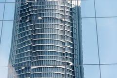 Opinião de baixo ângulo dos arranha-céus no distrito financeiro contra o céu Imagens de Stock