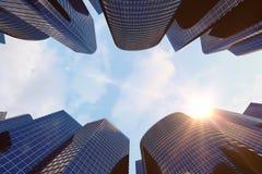 Opinião de baixo ângulo dos arranha-céus Arranha-céus no por do sol que olha acima a perspectiva Vista inferior de arranha-céus m Imagem de Stock Royalty Free