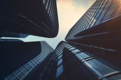 Opinião de baixo ângulo dos arranha-céus Arranha-céus no por do sol que olha acima a perspectiva Vista inferior de arranha-céus m Foto de Stock