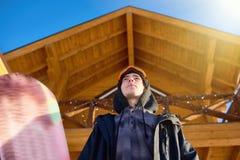 Opinião de baixo ângulo no Snowboarder fotos de stock
