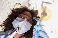 Opinião de baixo ângulo o dentista e a enfermeira dental imagens de stock royalty free