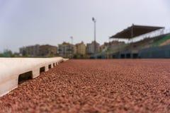 Opinião de baixo ângulo próxima da pista de atletismo Imagem de Stock