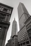 Opinião de baixo ângulo preta & branca do arranha-céus do Empire State Building da 5a avenida, New York City Fotografia de Stock Royalty Free