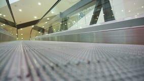 Opinião de baixo ângulo que olha à parte superior da escada rolante moderna