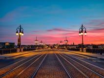 Opinião de baixo ângulo surpreendente da ponte da pedra do Bordéus e céu de surpresa sobre a cidade do Bordéus, França do por do  imagem de stock