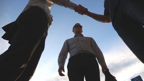 Opinião de baixo ângulo três homens de negócio que estão o escritório próximo exterior e a fala Reunião dos homens de negócios e  filme