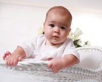 Opinião de baixo ângulo um bebé idoso de seis meses Foto de Stock