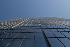Opinião de baixo para cima do prédio de escritórios de vidro imagem de stock