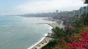 Opinião de Barranco ao norte da baía de Lima imagens de stock royalty free