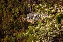 Opinião de Birdseye do monastério bonito de Tismana em Romênia imagens de stock