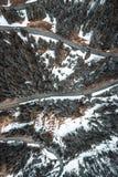 Opinião de Birdseye de uma estrada nevado fotografia de stock royalty free