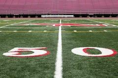 Opinião de campo de futebol da linha de jardas 50 Fotografia de Stock Royalty Free