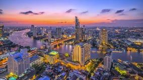 Opinião de Chao Phraya River e do beira-rio no tempo crepuscular em Banguecoque Tailândia Fotografia de Stock