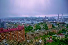 A opinião de cidade de porto das alturas, baía alta apoiou a ponte, névoa grossa Marine City fotografia de stock