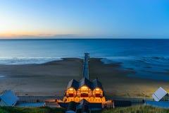 Opinião de Clifftop do cais na época crepuscular de Saltburn pelo mar Foto de Stock Royalty Free