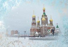 Opinião de construção de igreja ortodoxa da janela coberto de neve fotos de stock royalty free