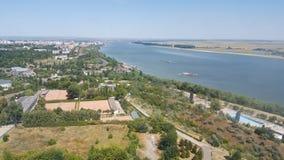 A opinião de Danube River e de embarcações da televisão eleva-se Imagens de Stock