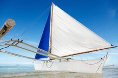 Opinião de dia de verão do oceano com mar e o céu azuis com nuvens brancas e o barco de navigação branco imagem de stock