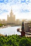 Opinião de dia ensolarado na terraplenagem de Kotelnicheskaya Foto de Stock Royalty Free