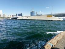 Opinião de Dubai Creek - vista da skyline e da ponte das construções e da água no tempo do dia situado no golfo de Dubai imagem de stock