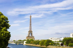 Opinião de Eiffel Towerfrom sobre Siene, Paris, França Foto de Stock