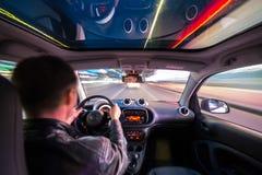 Opinião de estrada de cidade da noite do interior do carro Imagens de Stock