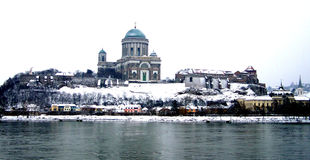 Opinião de Esztergom Hungria do rio Danúbio no inverno foto de stock