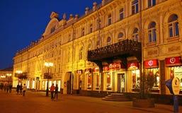 Opinião de Evevning da rua de Bolshaya Pokrovskaya em Nizhny Novgorod Imagem de Stock Royalty Free