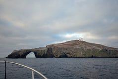 A opinião de Fishermans de ilhas de Anacapa arqueia a rocha e o farol no parque nacional das ilhas channel fora da costa de Calif foto de stock royalty free