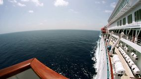 Opinião de Fisheye a bordo de um navio de cruzeiros luxuoso no oceano aberto vídeos de arquivo