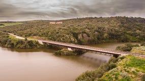 Opinião de Italia do lago Coghinas do zangão foto de stock