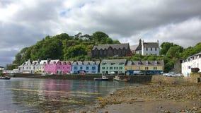 opinião de 4K UltraHD, construções coloridas em Portree, ilha de Skye vídeos de arquivo