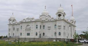 opinião de 4K UltraHD do templo sikh de Gurdwara Dashmesh Darbar em Brampton, Canadá vídeos de arquivo
