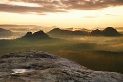 Opinião de Kleiner Winterberg Nascer do sol sonhador fantástico na parte superior da montanha rochosa com a vista no vale enevoad fotos de stock royalty free