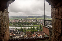 Opinião de Klingenberg através de uma parede de pedra Fotografia de Stock Royalty Free