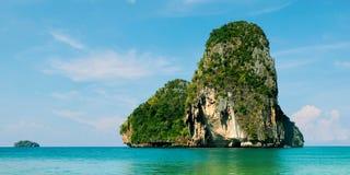 Opinião de Koh Rang Nok Island da praia de Phra Nang, província de Krabi, Tailândia fotos de stock royalty free