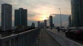 Opinião de lapso de tempo da cidade moderna do fundo da construção de Banguecoque no por do sol da noite povos do curso na estrad video estoque