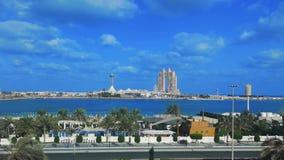 Opinião de lapso de tempo do marco famoso Marina Mall da cidade de Abu Dhabi, roda do olho do porto, do Fairmont Marina Residence filme