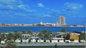 Opinião de lapso de tempo do marco famoso Marina Mall da cidade de Abu Dhabi, roda do olho do porto, do Fairmont Marina Residence vídeos de arquivo