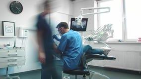 Opinião de lapso de tempo dos stomatologists que fazem seu trabalho no dentista vídeos de arquivo