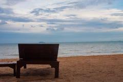 Opinião de madeira do banco e do mar Fotografia de Stock Royalty Free