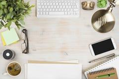 Opinião de madeira do desktop do escritório com os acessórios dos artigos de papelaria e de computador foto de stock royalty free
