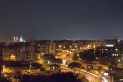 Opinião de Malta da cidade de Birkirkara e de St Venera na noite imagens de stock