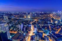 Opinião de Mandaluyong, vista da noite de Makati no metro Manila, Filipinas Imagem de Stock Royalty Free