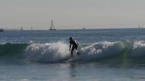 Opinião de movimento lento o surfista que pratica em ondas de oceano filme