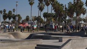 Opinião de movimento lento skateres de observação dos povos em Venice Beach vídeos de arquivo