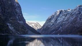 Opinião de Nærøyfjord da doca, Gudvangen, Noruega imagens de stock royalty free