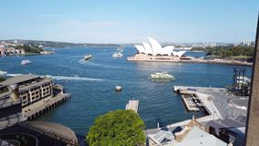 Opinião de nível elevado o cais circular e Sydney Opera House, Austrália video estoque