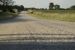 Opinião de nível de olho da estrada de terra do país imagem de stock royalty free